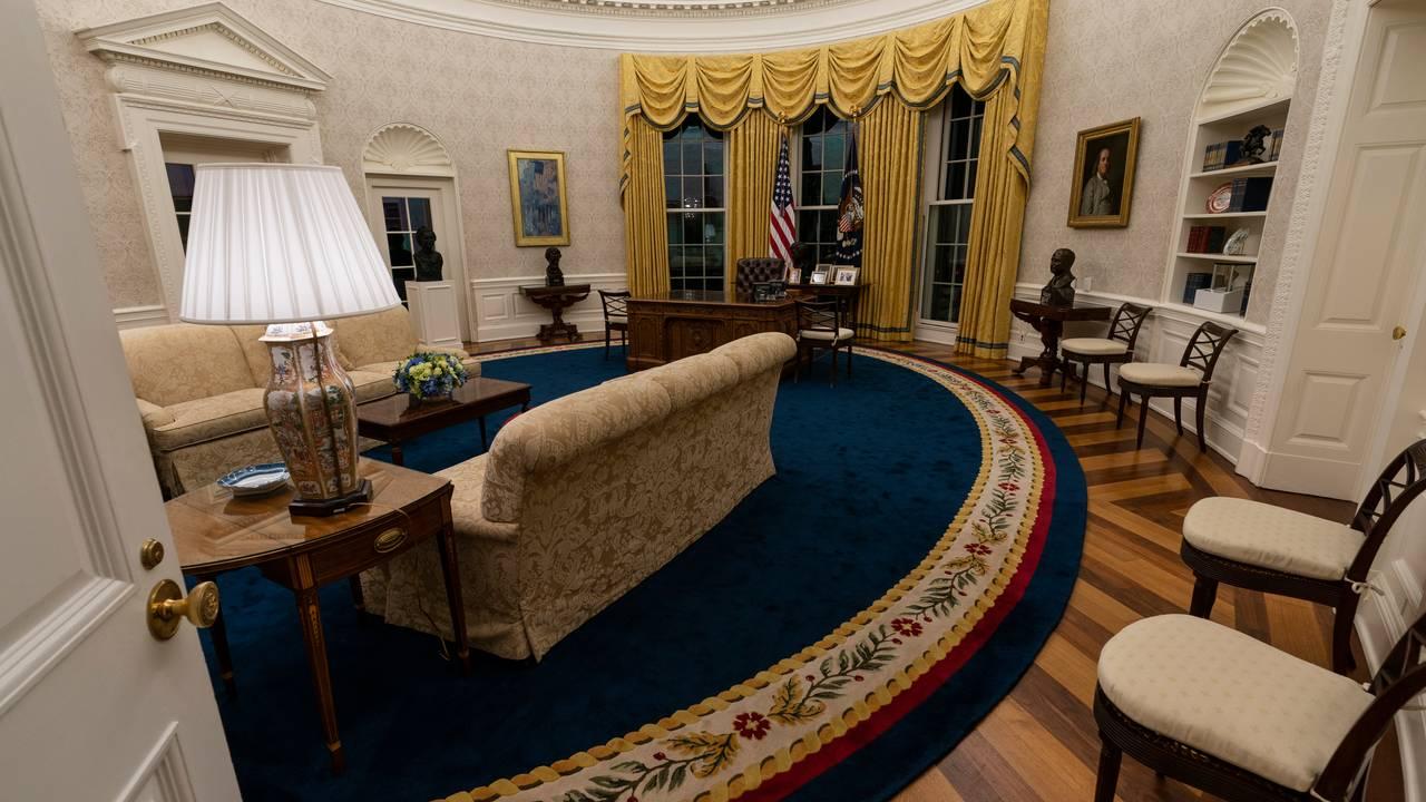Det ovale kontor i Det hvite hus under Joe Biden. Teppet og sofagruppen som er funnet frem igjen.