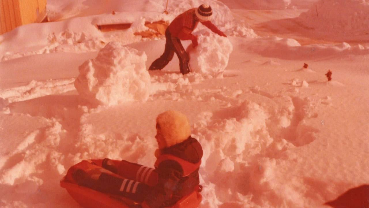Anne Kathrine Angvik har tatt med lillesøster Eva Helen Angvik-Kristiansen for å bygge snømann