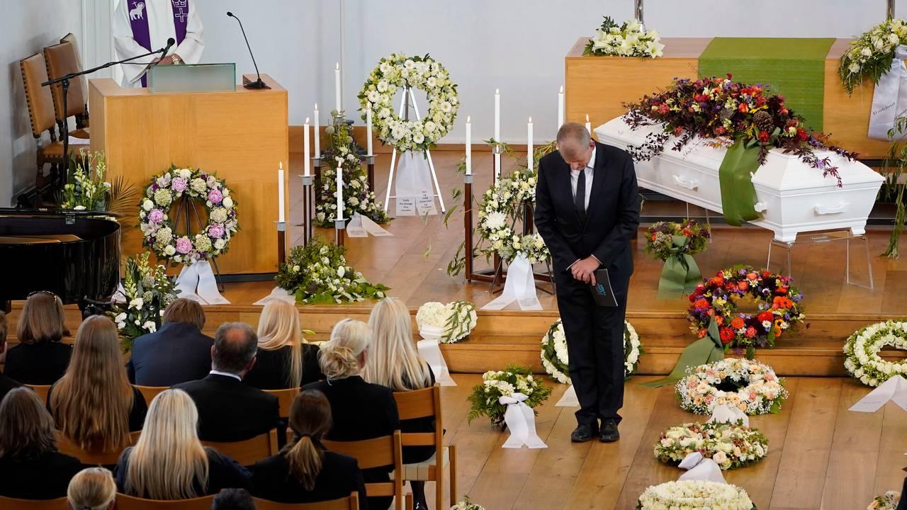 Skipresident Erik Røste ved båren til Finn Christian Jagge under bisettelsen i Nordstrand kirke i Oslo.