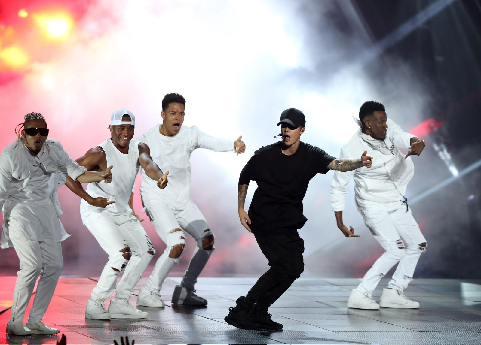 Justin Bieber underholdt med et forrykende sceneshow. Han skal ha blitt rørt til tårer over sin egen sang.
