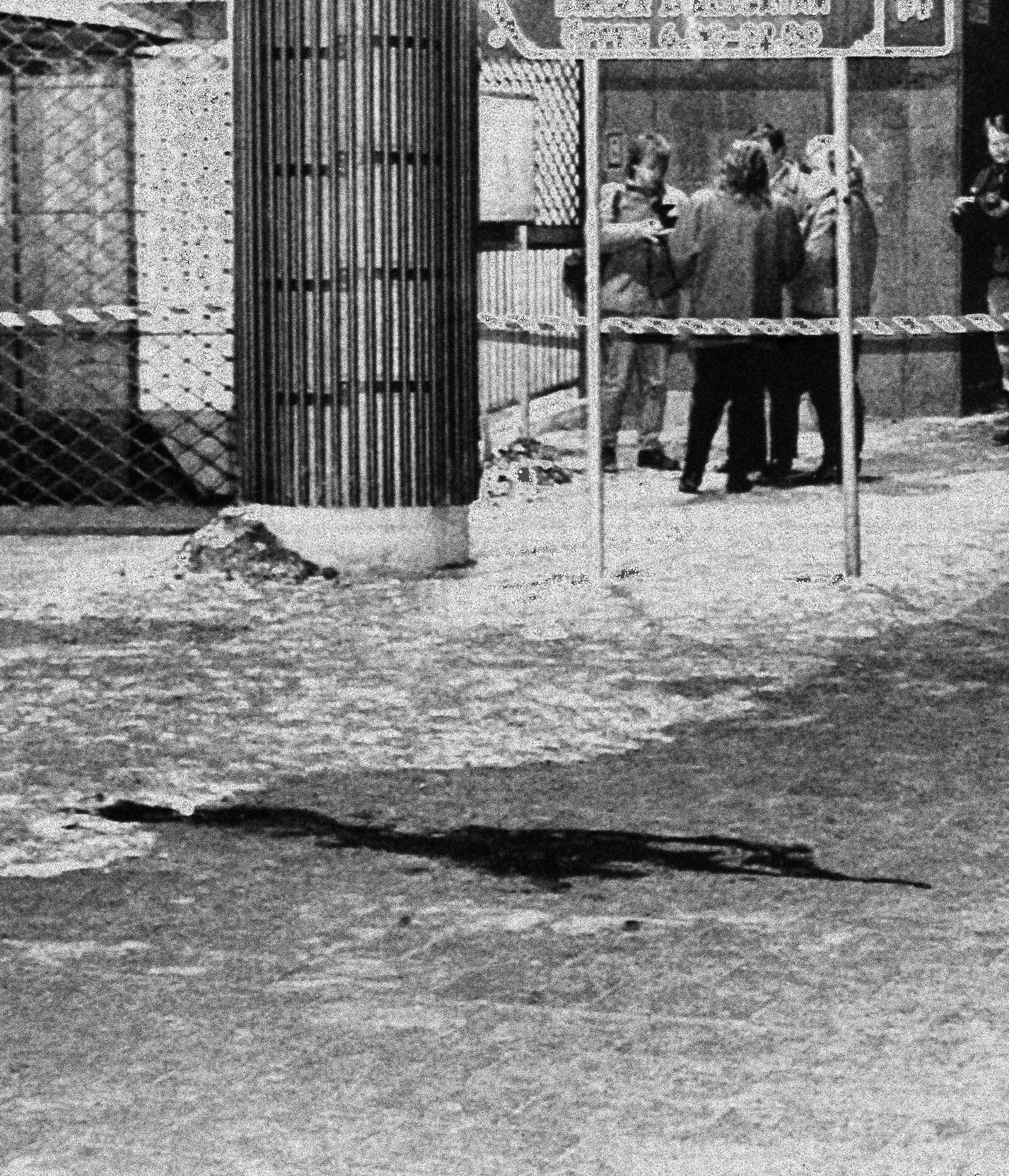 Åstedet lå i nærheten av en t-banestasjon. Blodsporet på bakken vitner om drapet.