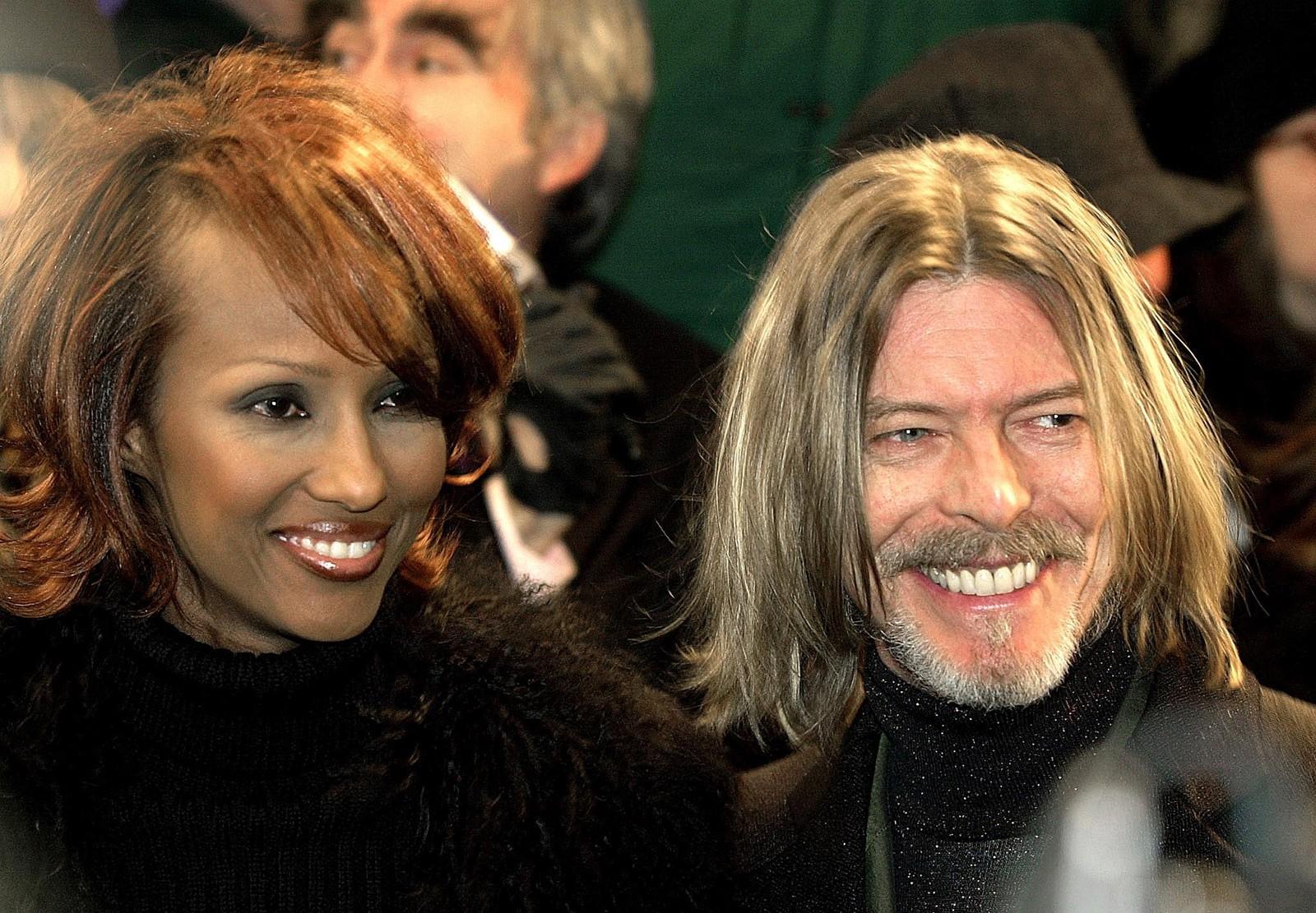 """David Bowie ankommer premièren til filmen """"Hannibal"""" i New York i 2001 sammen med kona og modellen Iman."""