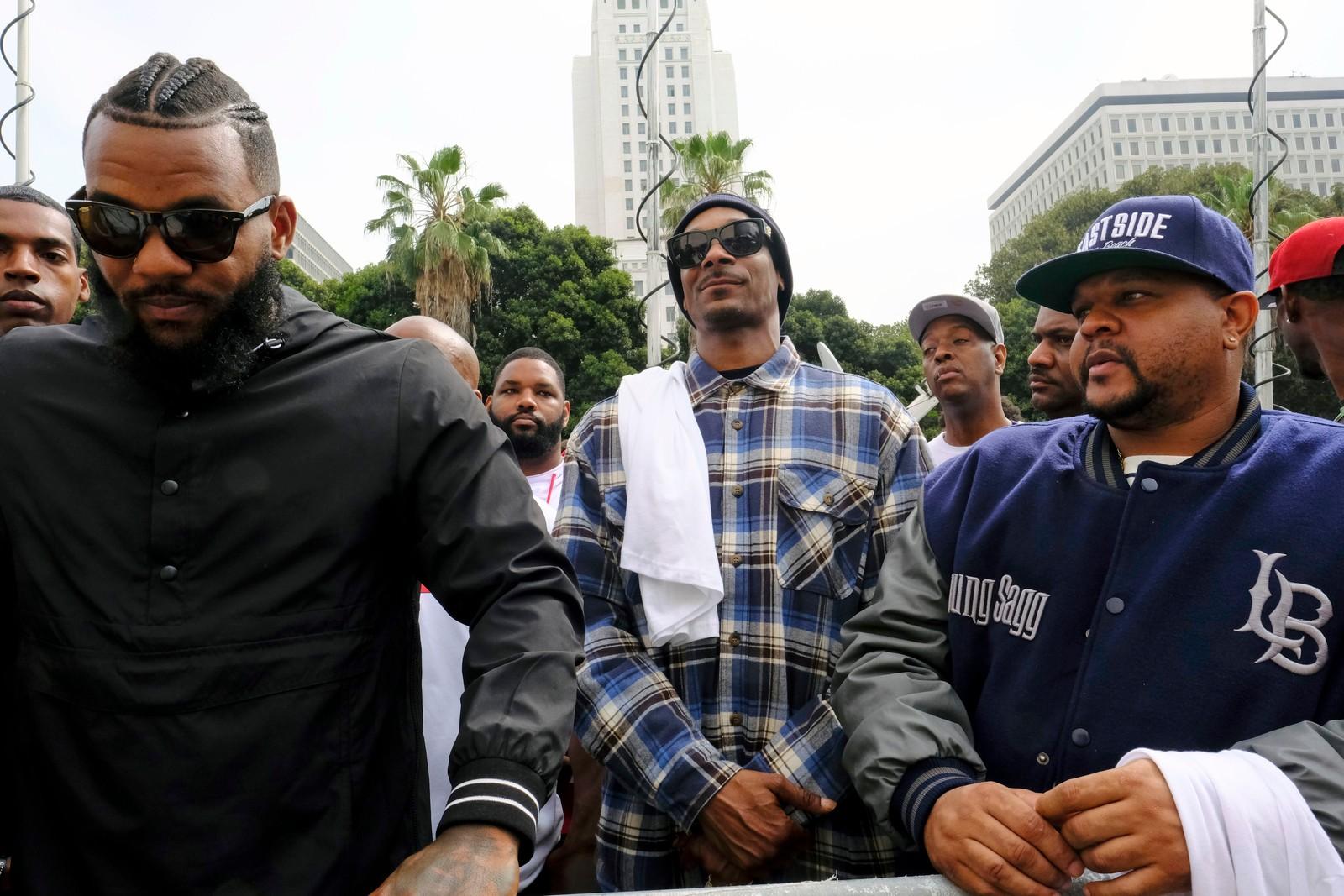 LOS ANGELES: I Los Angeles ledet rapperne Snoop Dogg og The Game en fredelig marsj til hovedpolitistasjonen i Los Angeles.