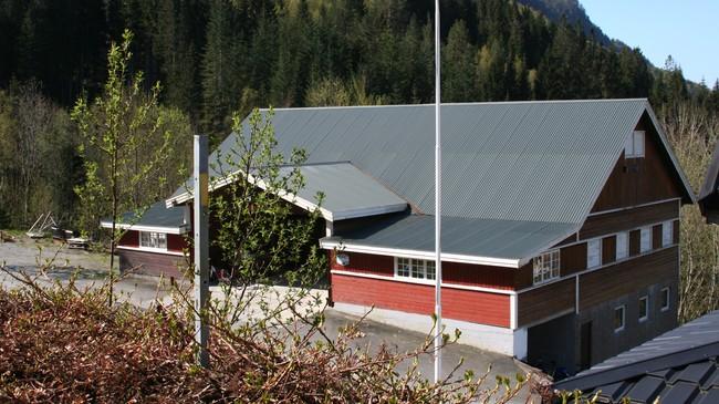 I dette huset starta Rolf R. Lund med hytteproduksjon. Foto: Ottar Starheim, NRK.