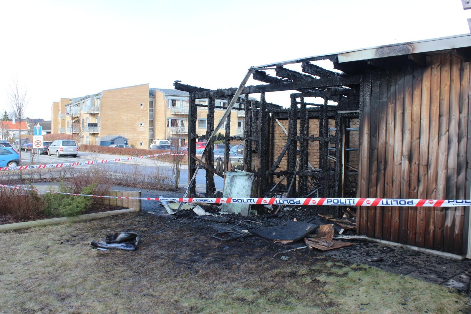 Brannen i søppelhuset ved Borgehaven ble oppdaget ved 03.00-tiden.