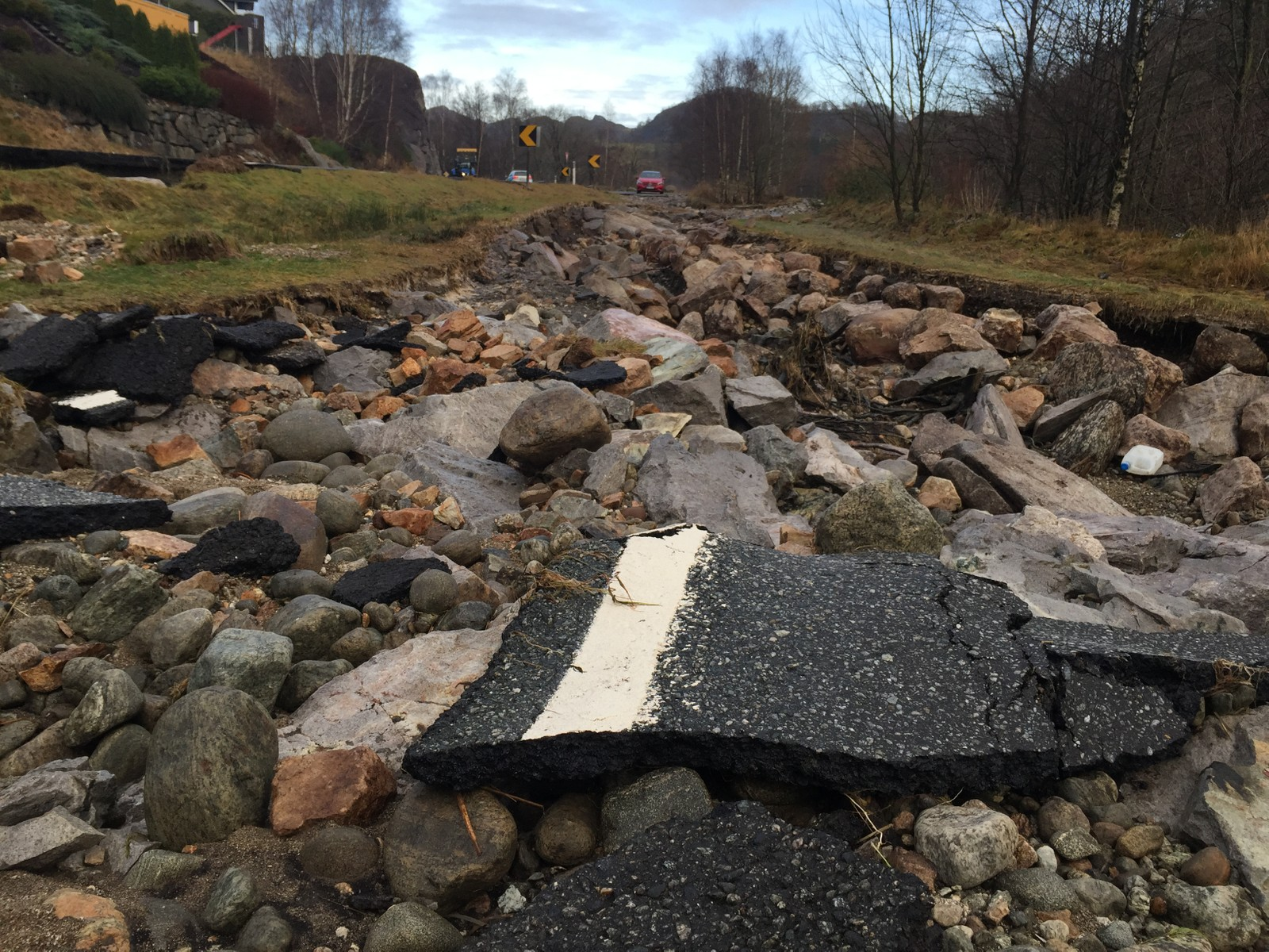 Vannet har revet FV51 i Tengsdalen i filler.