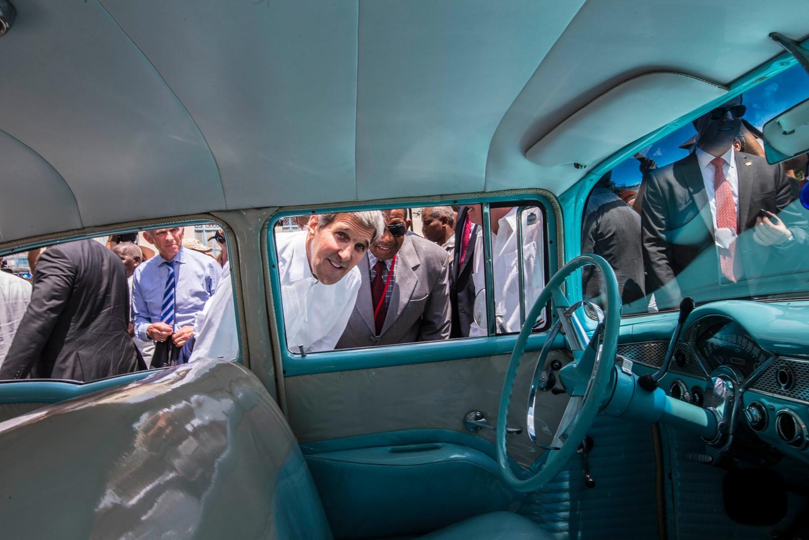 USAs utenriksminister John Kerry tar seg en titt på en klassisk amerikansk bil, som er et vanlig skue i den kubanske hovedstaden Havanna. Kerrys historiske besøk inneholdt både flaggheising og åpning av den amerikanske ambassaden, som har vært stengt i en årrekke grunnet det tidligere kjølige forholdet mellom de to landene.