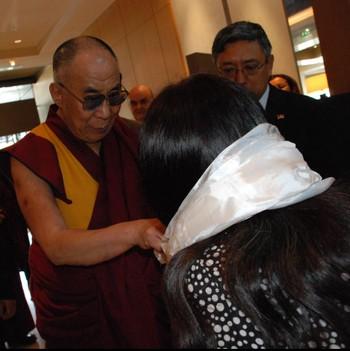Dalai Lama hilser på Namgyal Tsomo Svenningsen