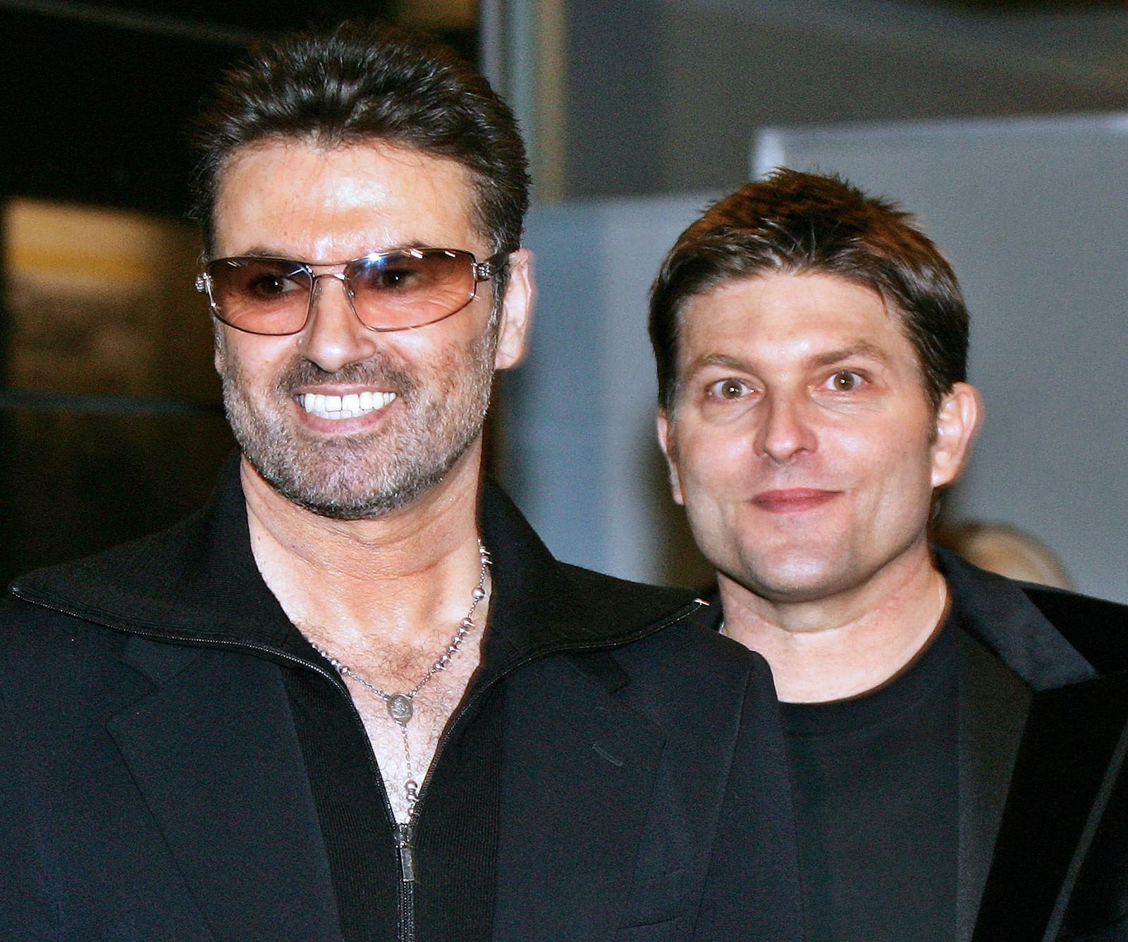 2005: George Michael sammen med sin samboer Kenny Goss etter premieren på en film om sangeren i Tokyo, 15. desember 2005.