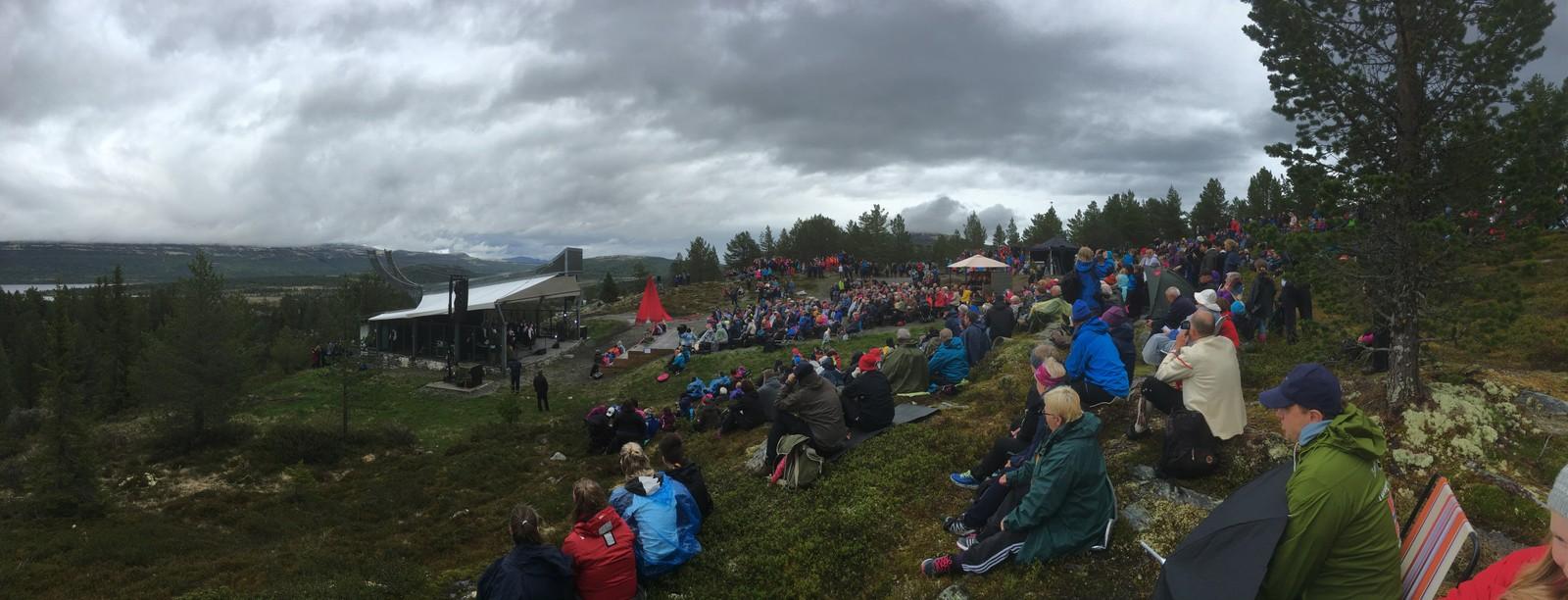 Forestillingen på Høgfjellsscena på Kvamsfjellet er Nord-Frons gave til Kongeparets 80 års-dager.