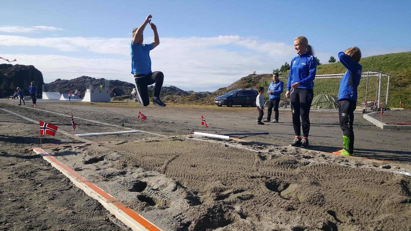 LENGDEGROP: Den siste tida har dugnadsgjengen jobba på spreng for å ferdigstille ei lengdegrop som stettar krava til friidrettsforbundet.