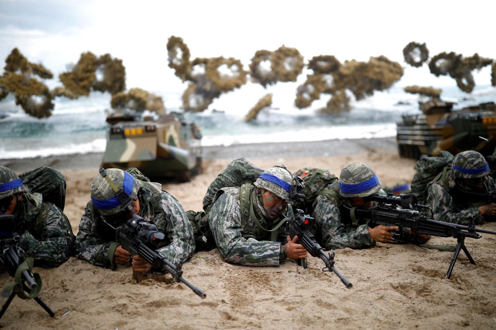 Sørkoreanske marinesoldater deltar på en øvelse sammen med amerikanske soldater i Pohang i Sør-Korea,