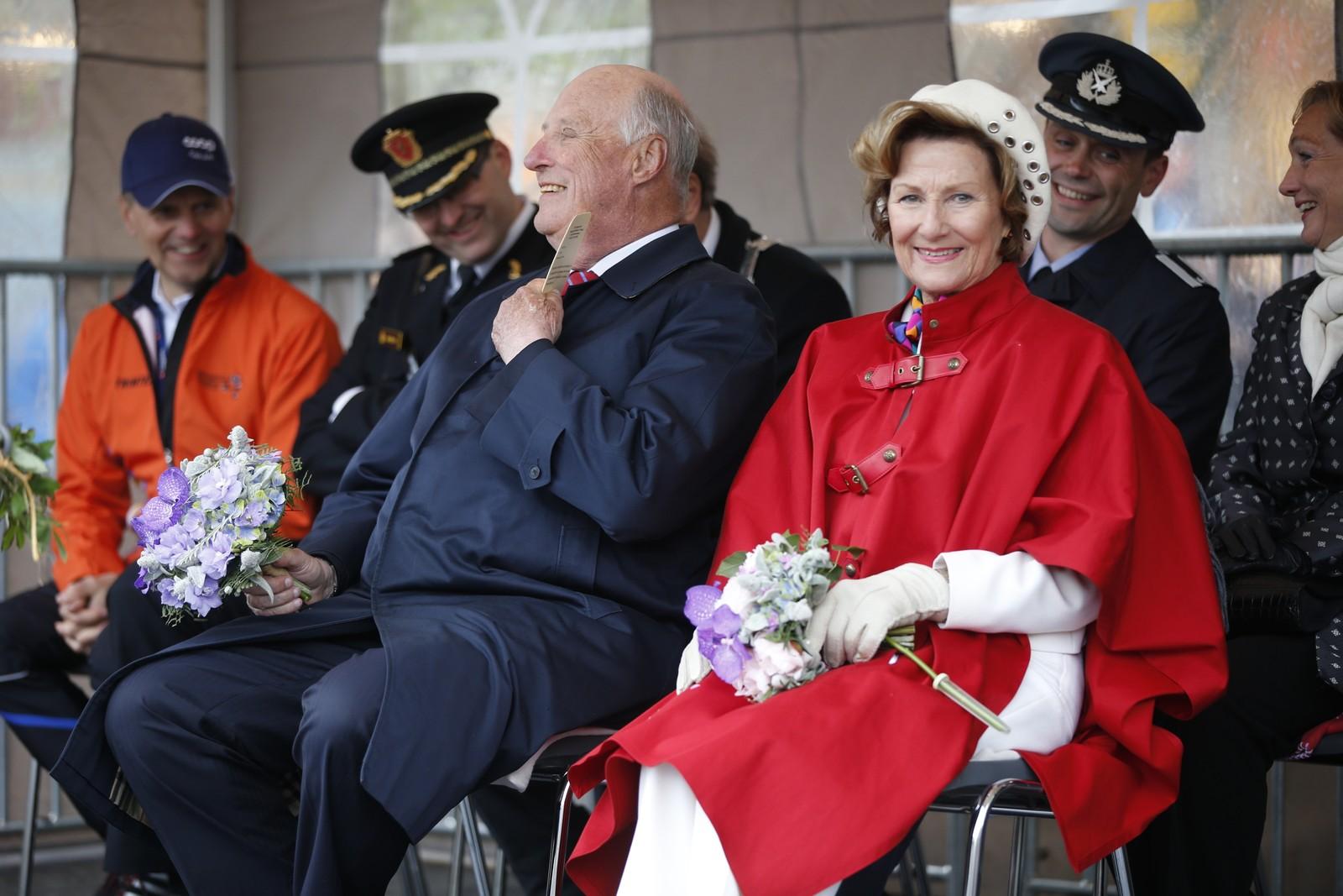 Kong Harald og Dronning Sonja tilstede under barneløpet i Midnight Sun Marathon i Tromsø lørdag, første stopp på jubileumsreisen som er en markering av kongeparets 25-årsjubileum. Foto: Lise Åserud / NTB scanpix