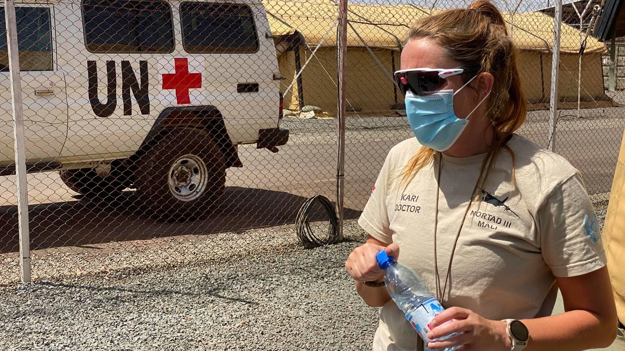 Norge har med seg et eget feltsykehus til Mali. Kari tjenestegjør der som lege.