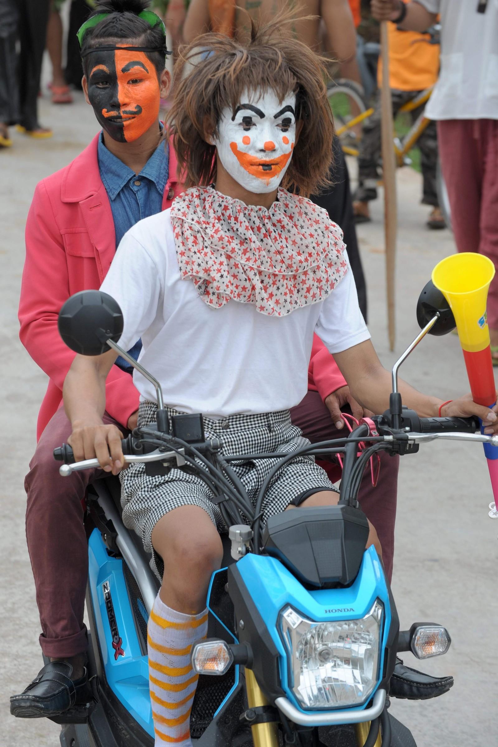 Innbyggere i utkanten av Phenom Penh i Kambodsja har malt seg i ansiktet i forbindelse med en tradisjonell feiring for å be til Neakta Pring Ka-ek for å beskytte hjemmene deres, samt for regn under sesongen for planting av ris.