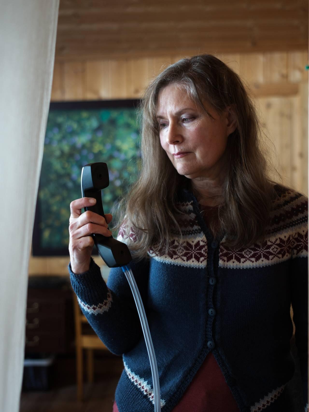 Debora Atwood flykter fra stråling. Telefonen hennes er ombygd og lyden går med luft til røret.