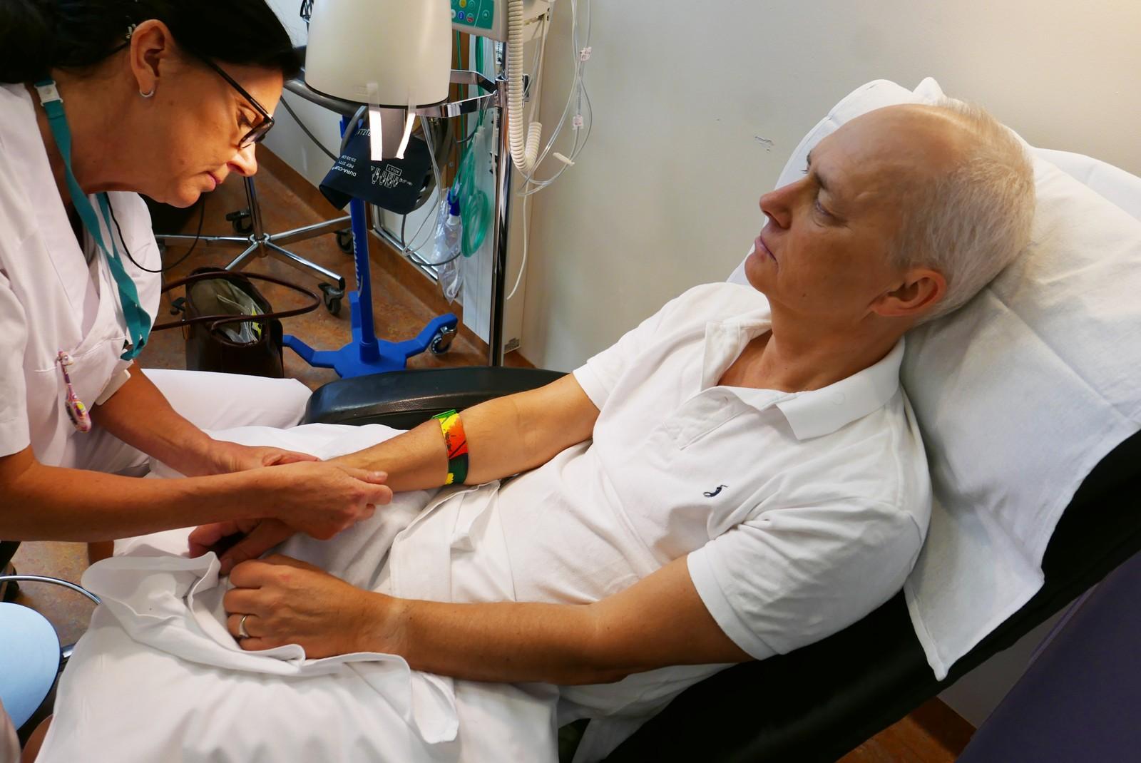 – Hvordan går det med neglene, spør kreftsykepleieren Rune. Noen pasienter får så plagsomme negleforandringer at man må ta pause i behandlingen. Neglene kan falle av, sprekke, i verste fall kan man få infeksjon.