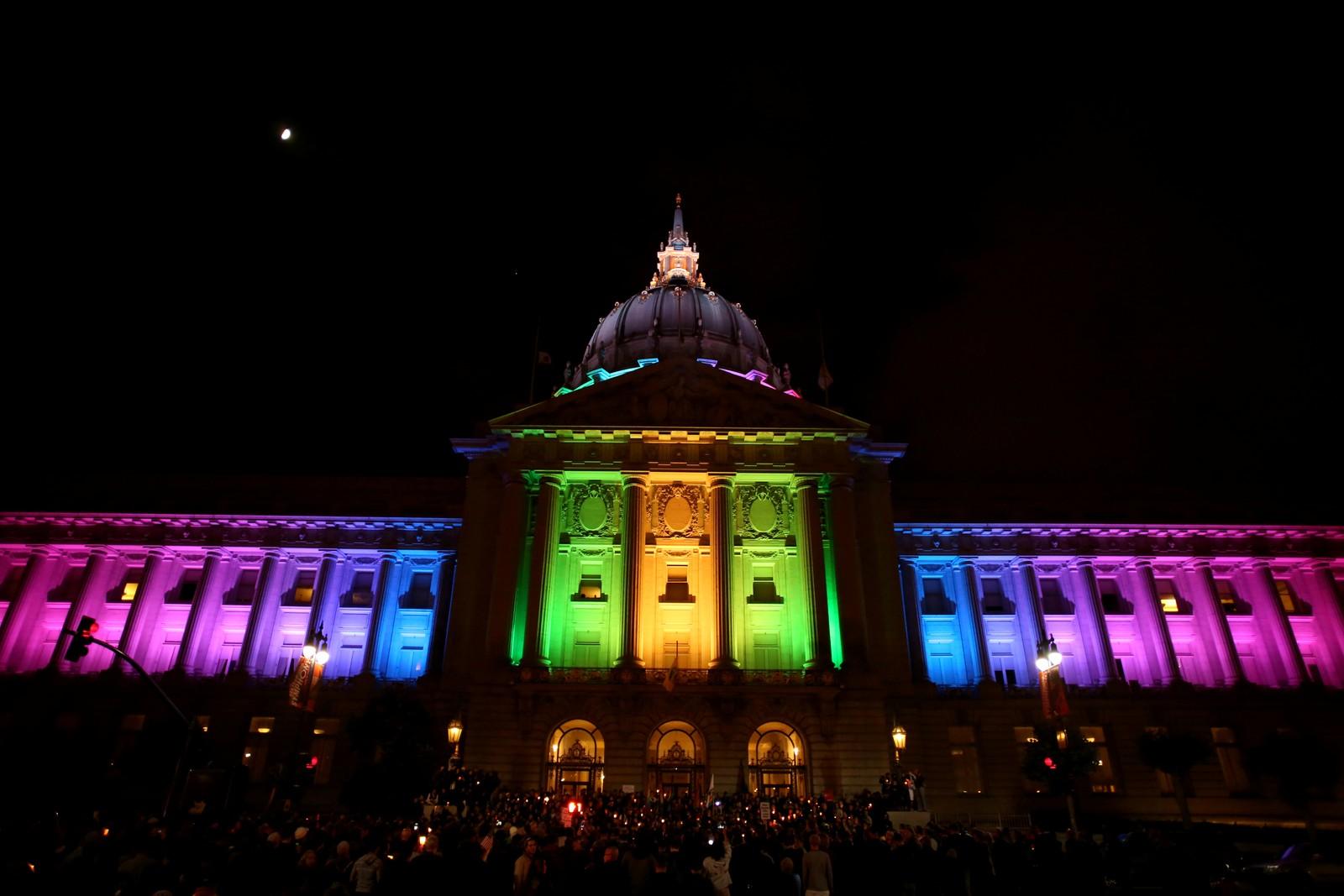 USA: San Fransisco glitret i regnbuens farger søndag kveld.