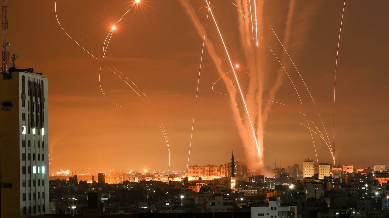 Lyset som fulgte rakettene som ble fyrt opp fra Beit Lahia, nord på Gazastripen, i retning Israel. sett på himmelen.