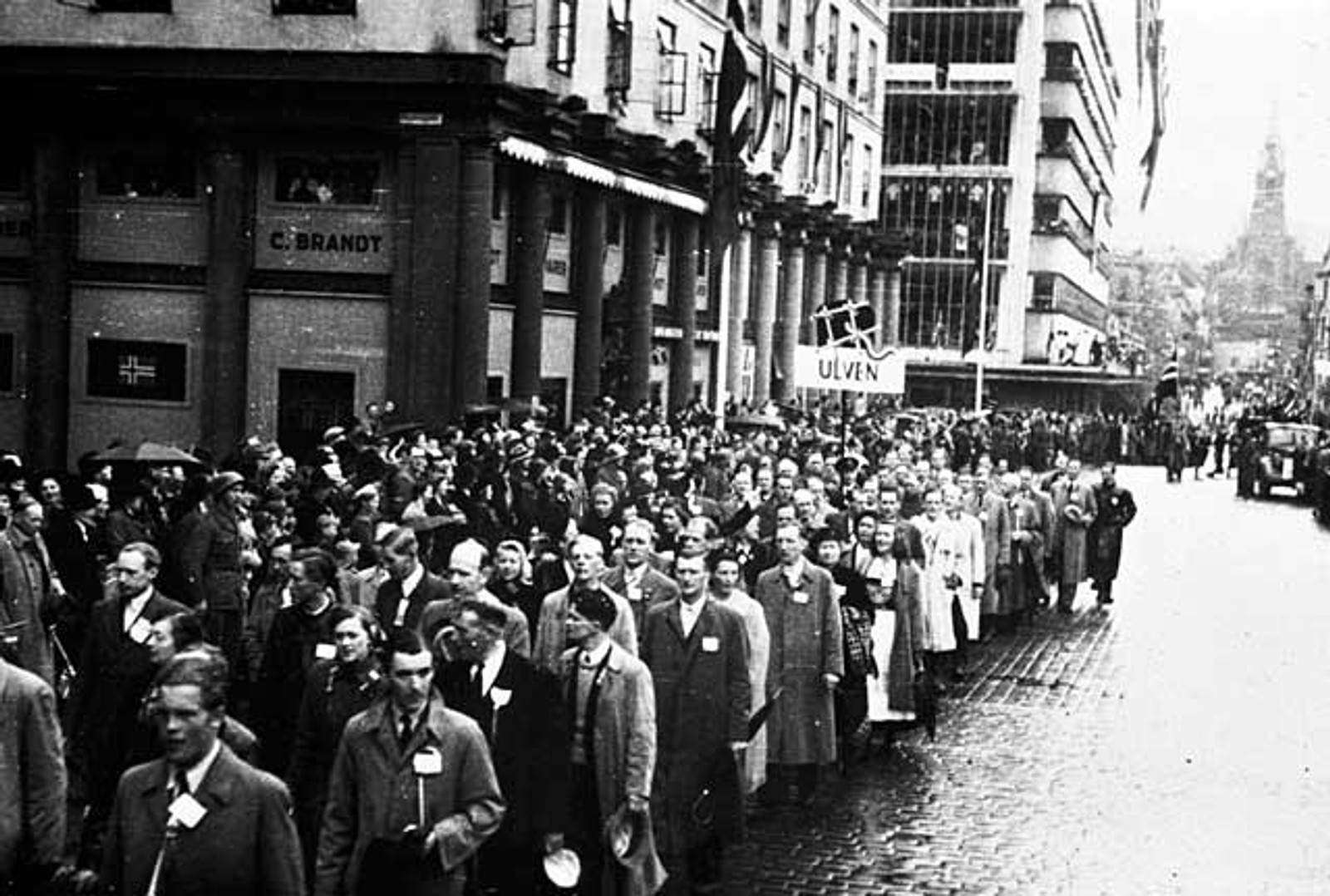 FESTVÅREN: Bergenserne står i lang kø for å delta i 17. mai-prosesjonen på Torgallmenningen, bare en uke etter at freden i 1945 er et faktum.