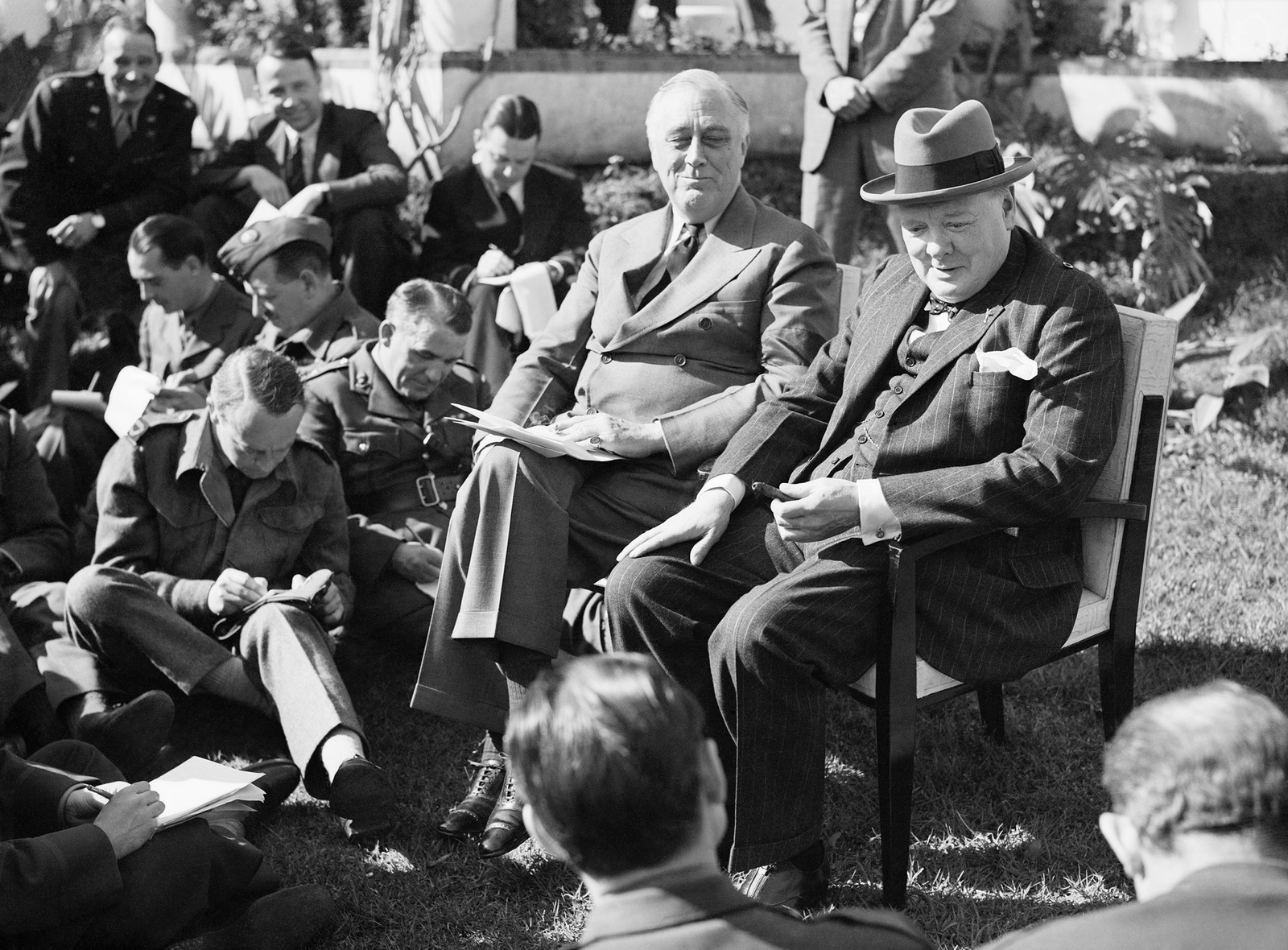 Statsminister Winston Churchill sammen med general Sir Bernard Montgomery og andre offiserer under lunsj i Tripoli.