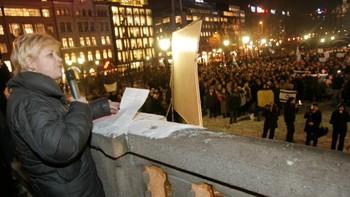Siv Jensen holder appell utenfor Stortinget 8.01.2009