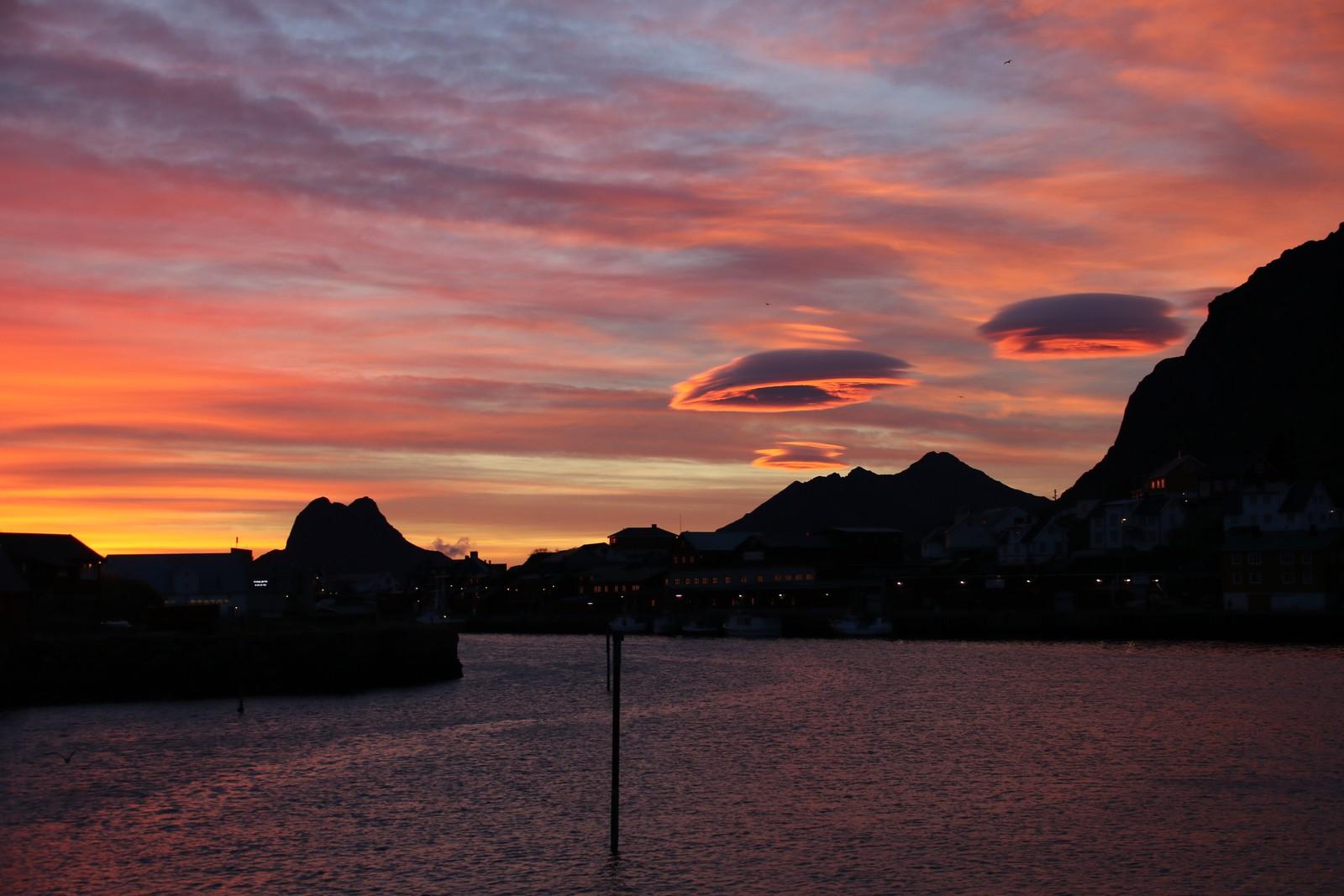 Fotografen av dette bildet oppdaget noen UFO-skyer på himmelen over Stamsund i Lofoten.