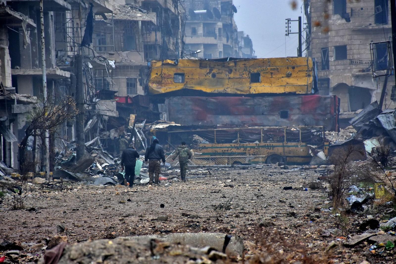 Regimevennlige styrker går i nabolaget Bustan al-Qasr 13. desember.