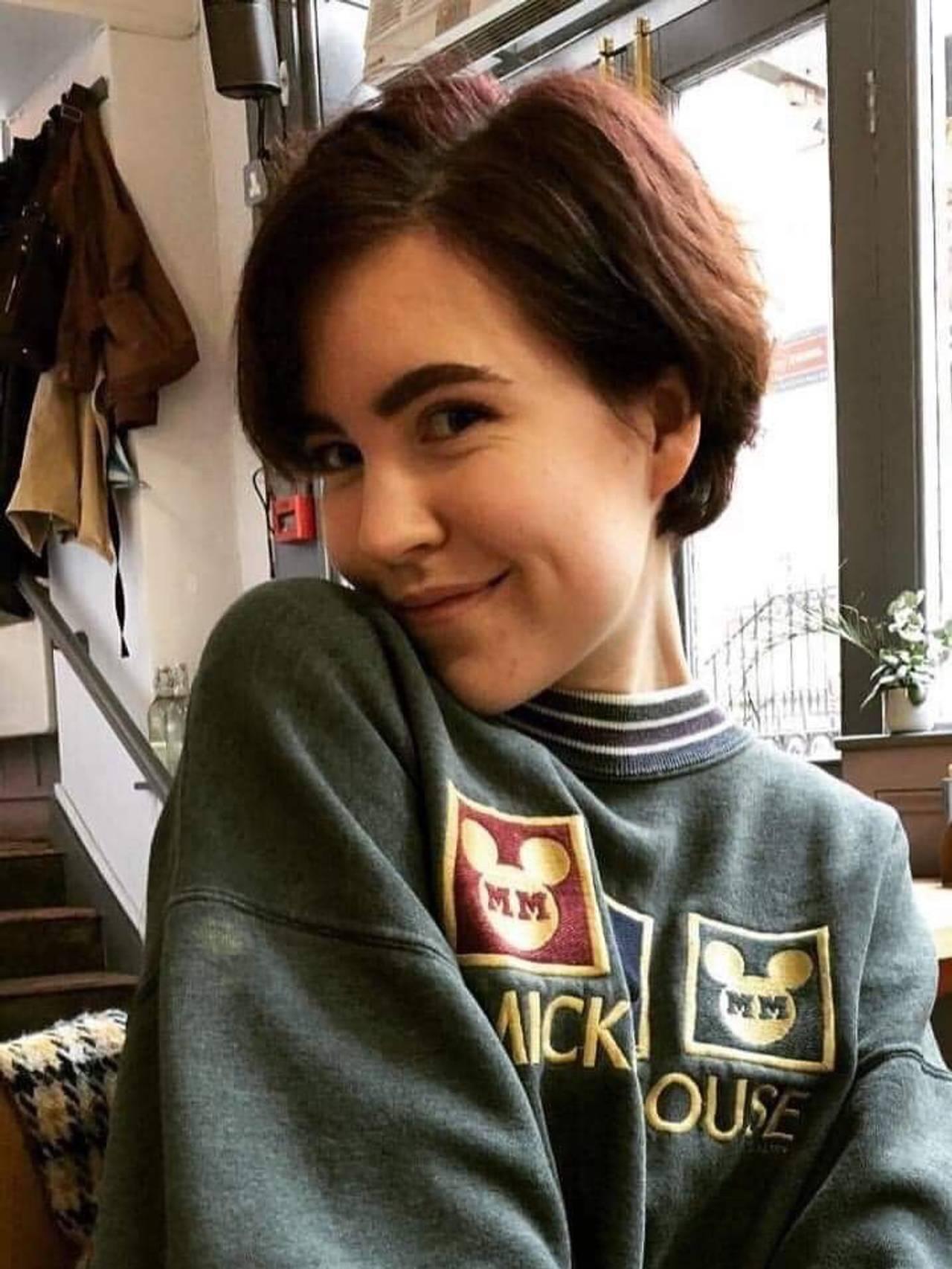 Bilde Cecilie som poserer og smiler til kamera