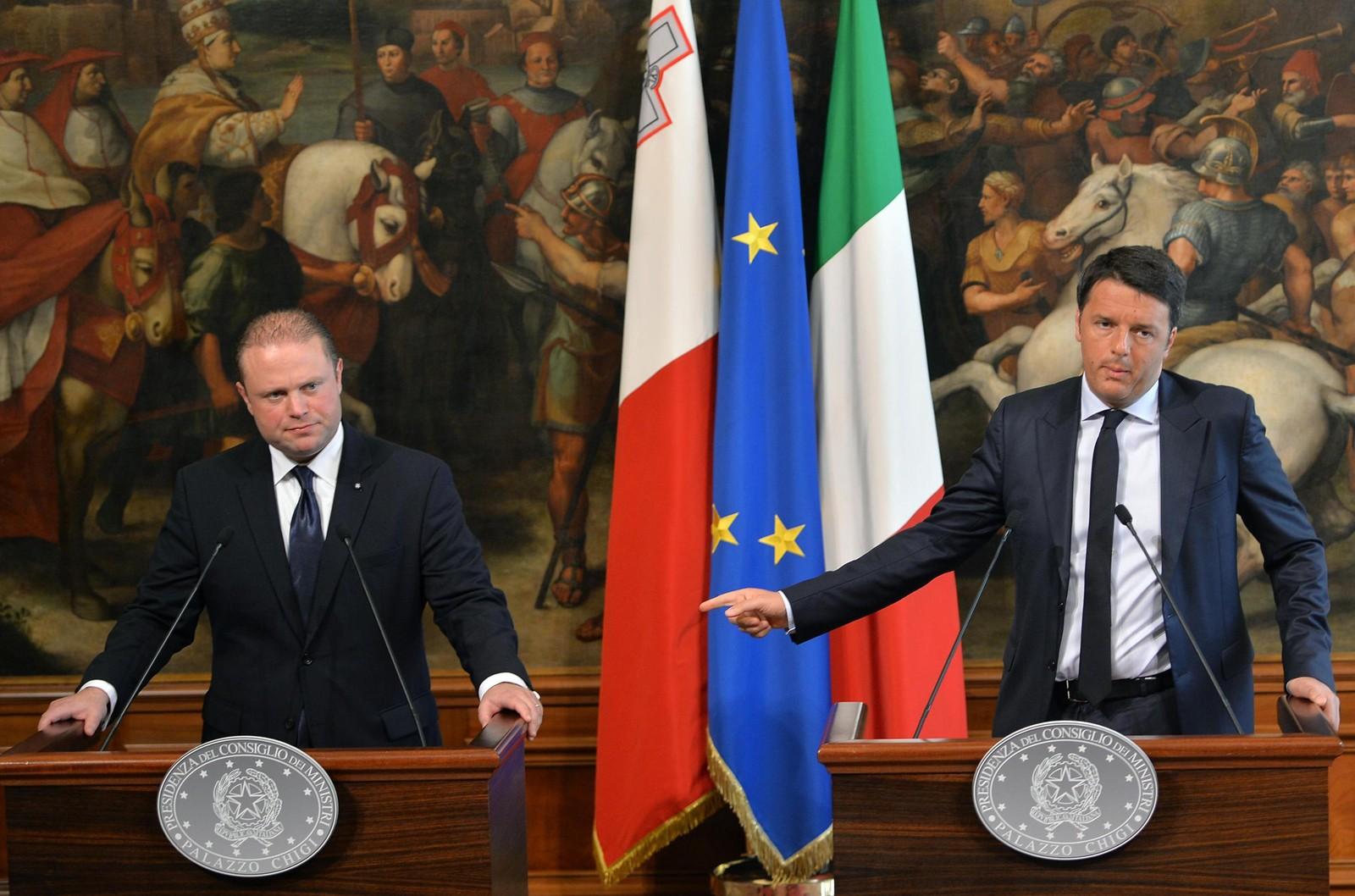 Den italienske statsministeren Matteo Renzi (høyre) holdet en pressekonferanse med Maltas statsmininster Joseph Muscat (ventre) mandag hvor de ba resten av Europa om hjelp til å takle flyktningkrisa.