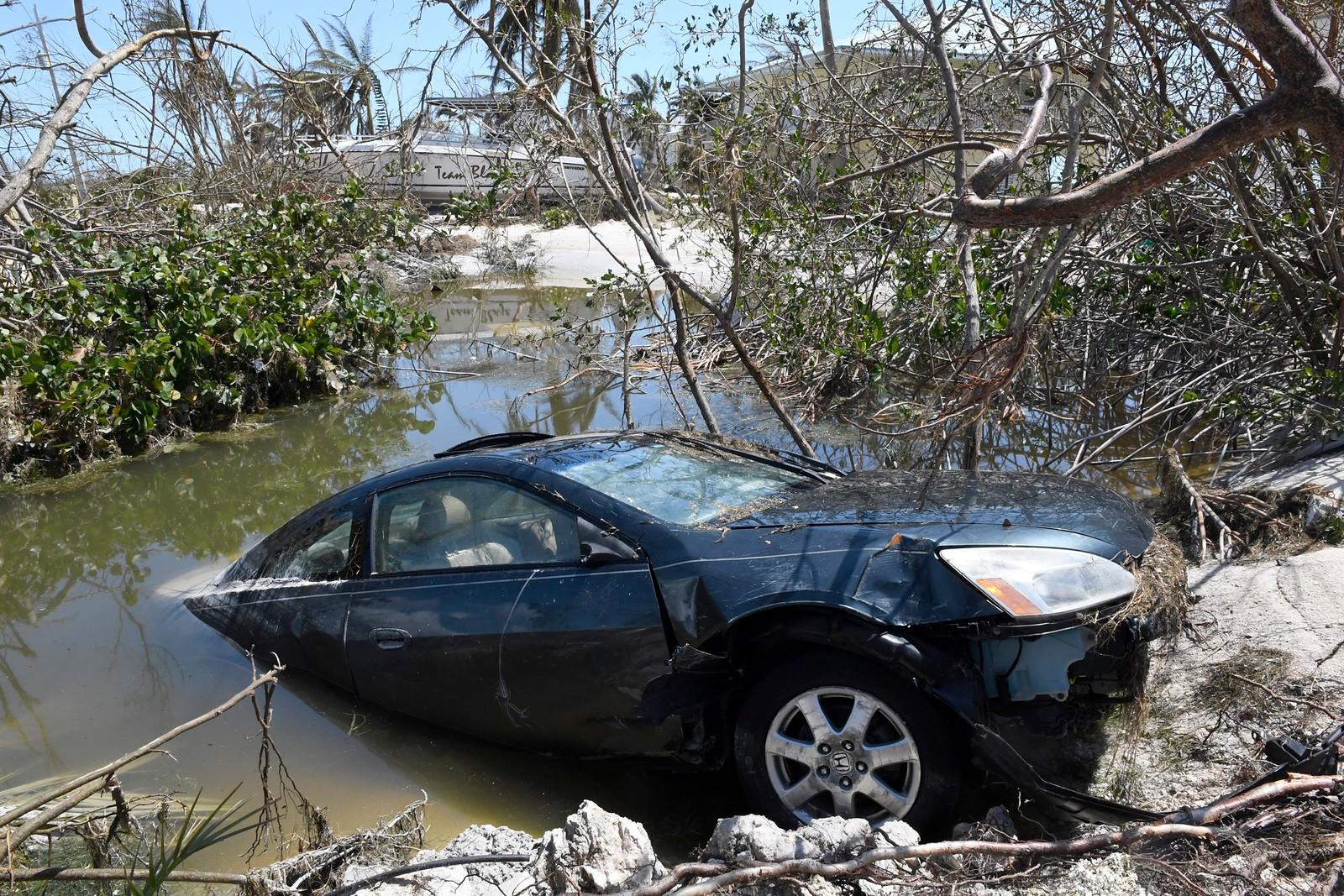 En bil som sitter fast etter Irmas herjinger og stormflo.