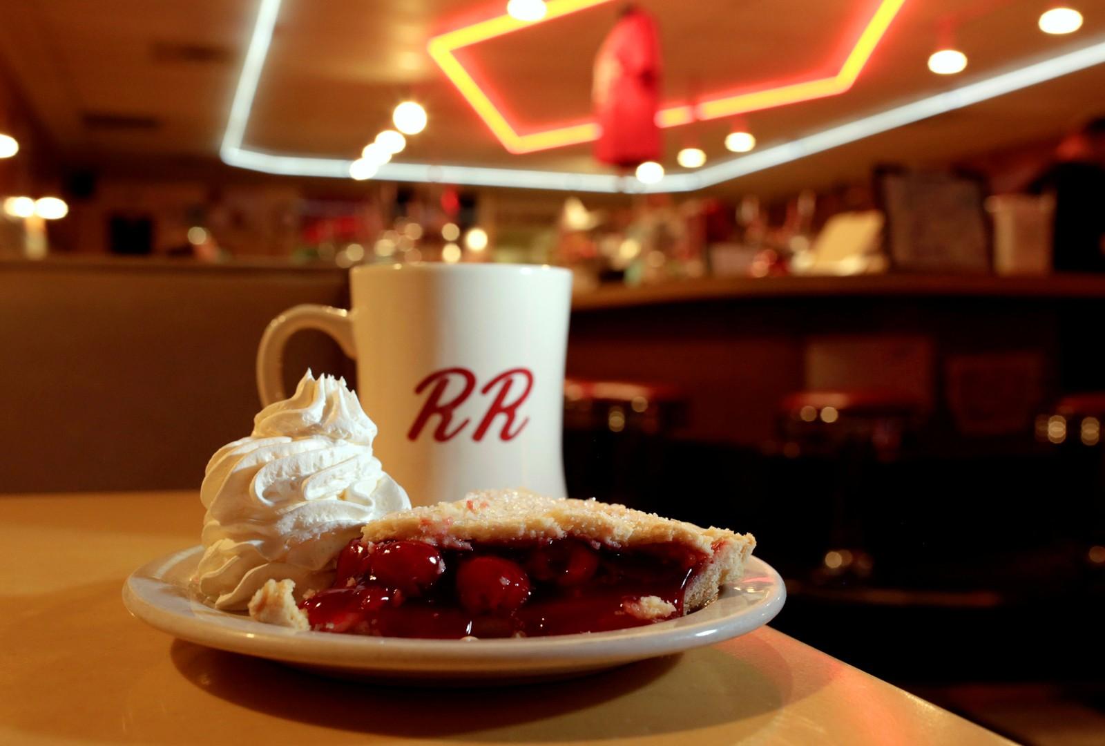 """En legendarisk kirsebærpai og kaffekopp. Dette bildet er tatt i Twede's Cafe i North Bend i Washington i USA. I serien Twin Peaks er cafeen kjent som """"Double R Diner""""."""