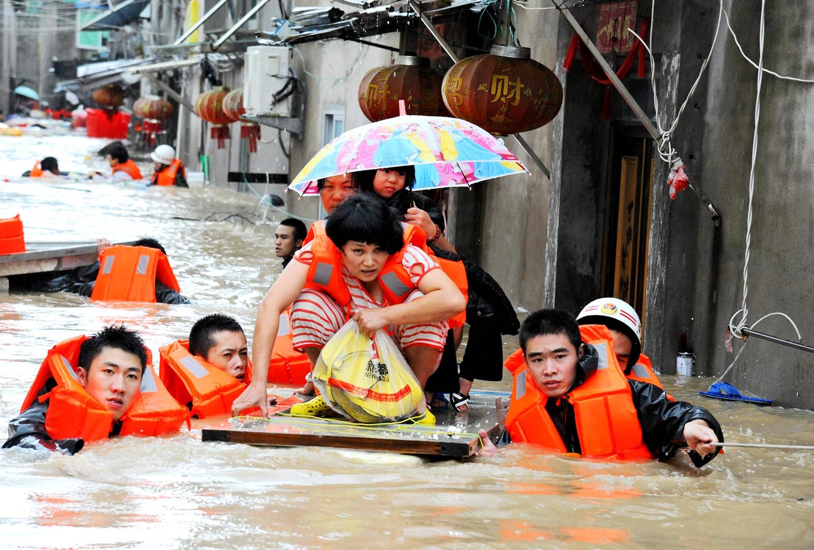 Redningsmannskap evakuerer innbyggere i Fujian-provinsen i Kina den 28. september. Tyfonen Megi førte til flom og store ødeleggelser.