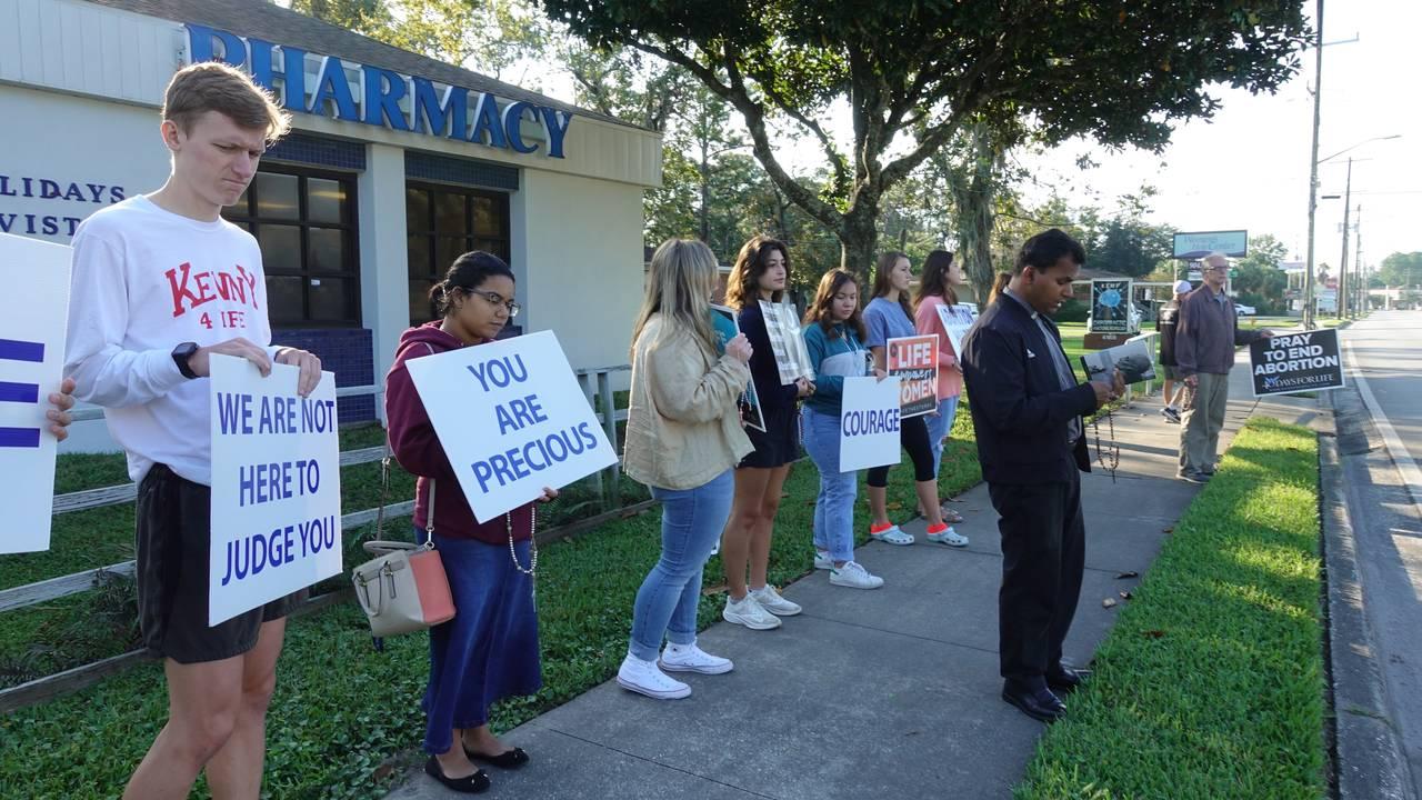 STILLE PROTEST: Hver lørdag står abortmotstandere utenfor klinikken i Jacksonville i Florida. De understreker at de følger loven.