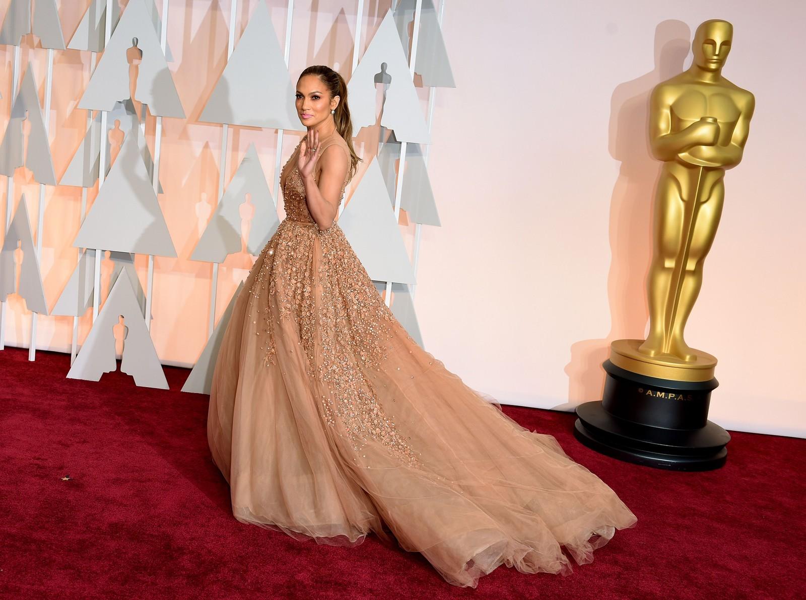 TREDJE VERST: Kjole med så masse tyll at J-Lo snubla på vei ut av scena, mener NRKs ekspert om Jennifer Lopez.