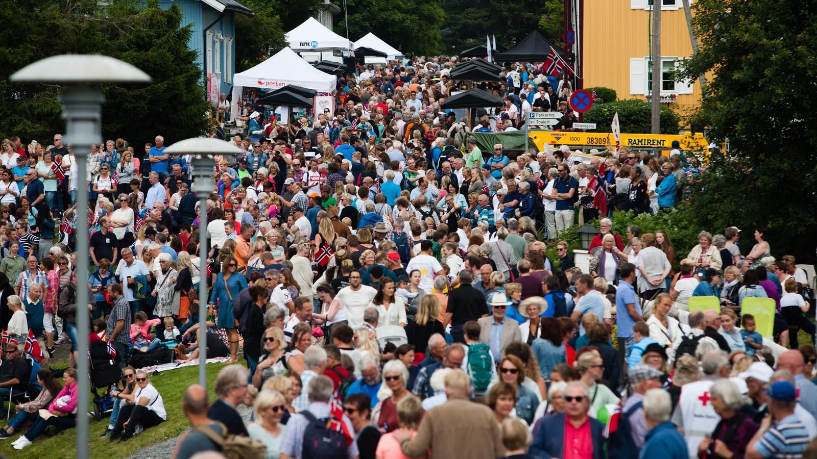Mange mennesker hadde møtt opp på Vignes i Lillehammer for å ta i mot Skibladner torsdag ettermiddag.