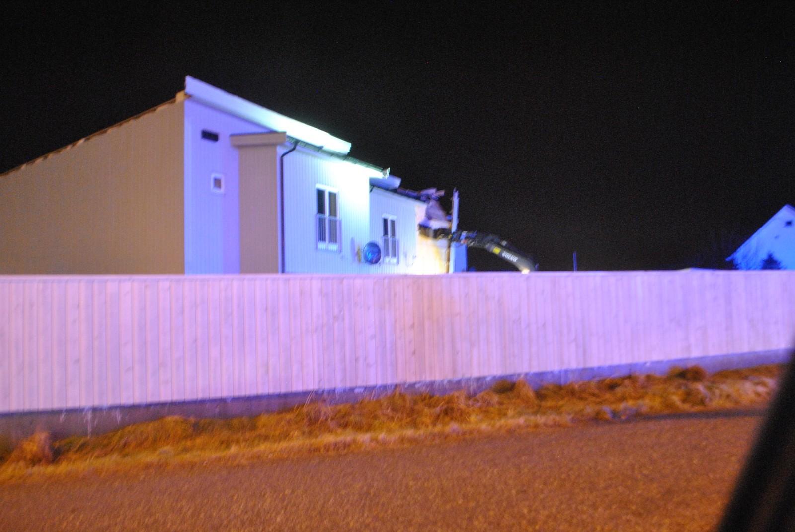 En firemannsbolig i Herøy er evakuert etter at stormen «Tor» rev taket av huset.