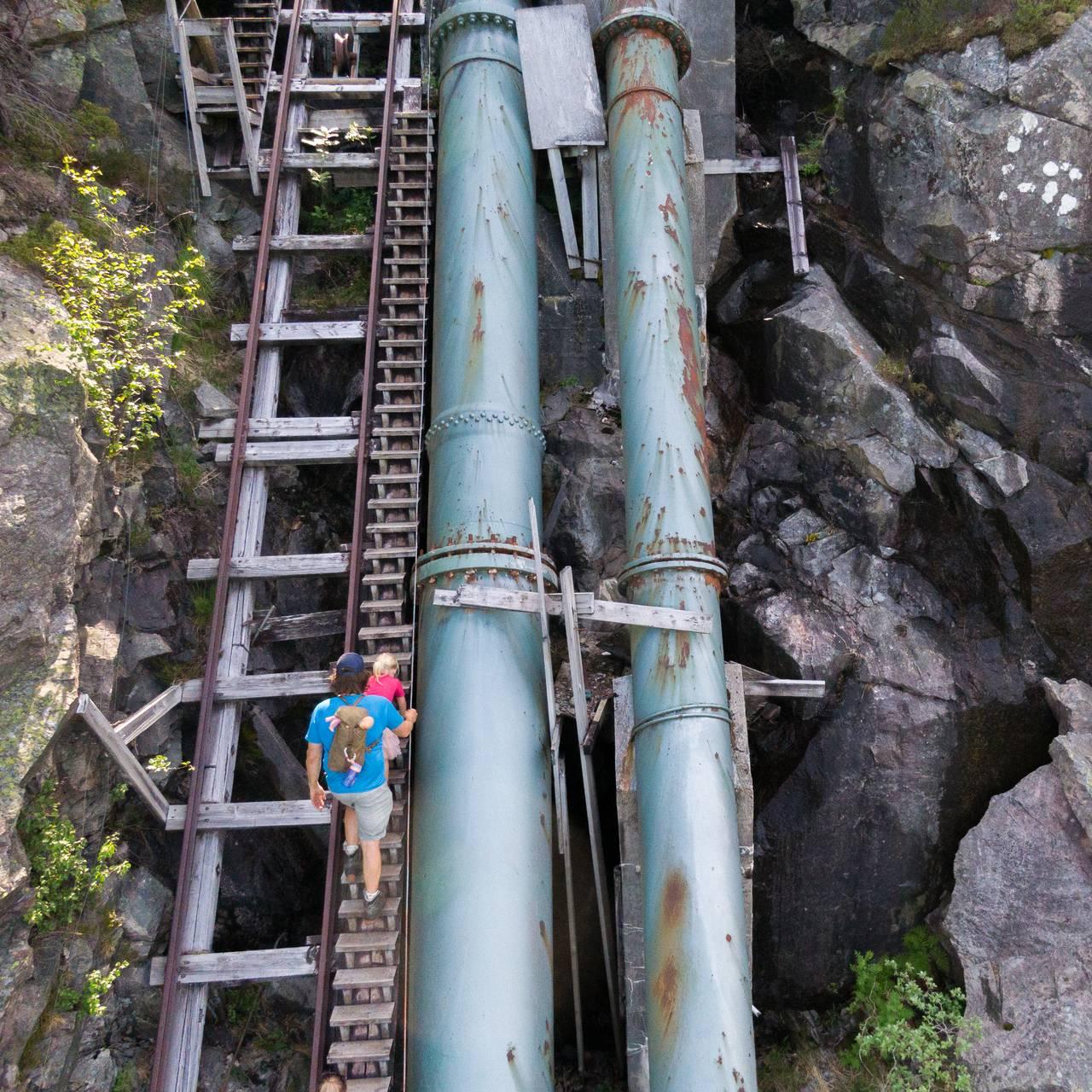 En far og datter går opp Flørlitrappene.
