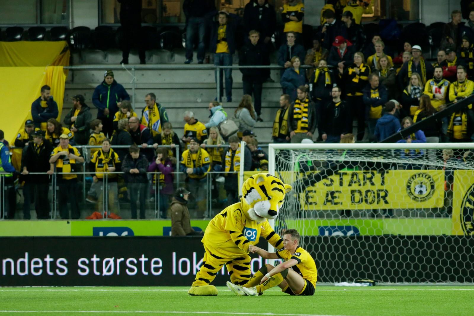Starts Henrik Breimyr får trøst av Starts maskot etter kampen som endte 1–1. Start ligger fortsatt på kvalikplassen ett poeng foran Mjøndalen. To kamper gjenstår.