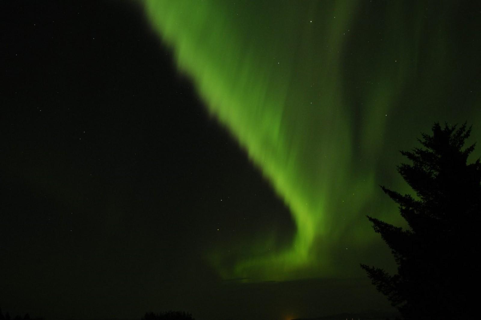 Aurora-natt fra Edøya mot Hitra og Tjeldbergodden.