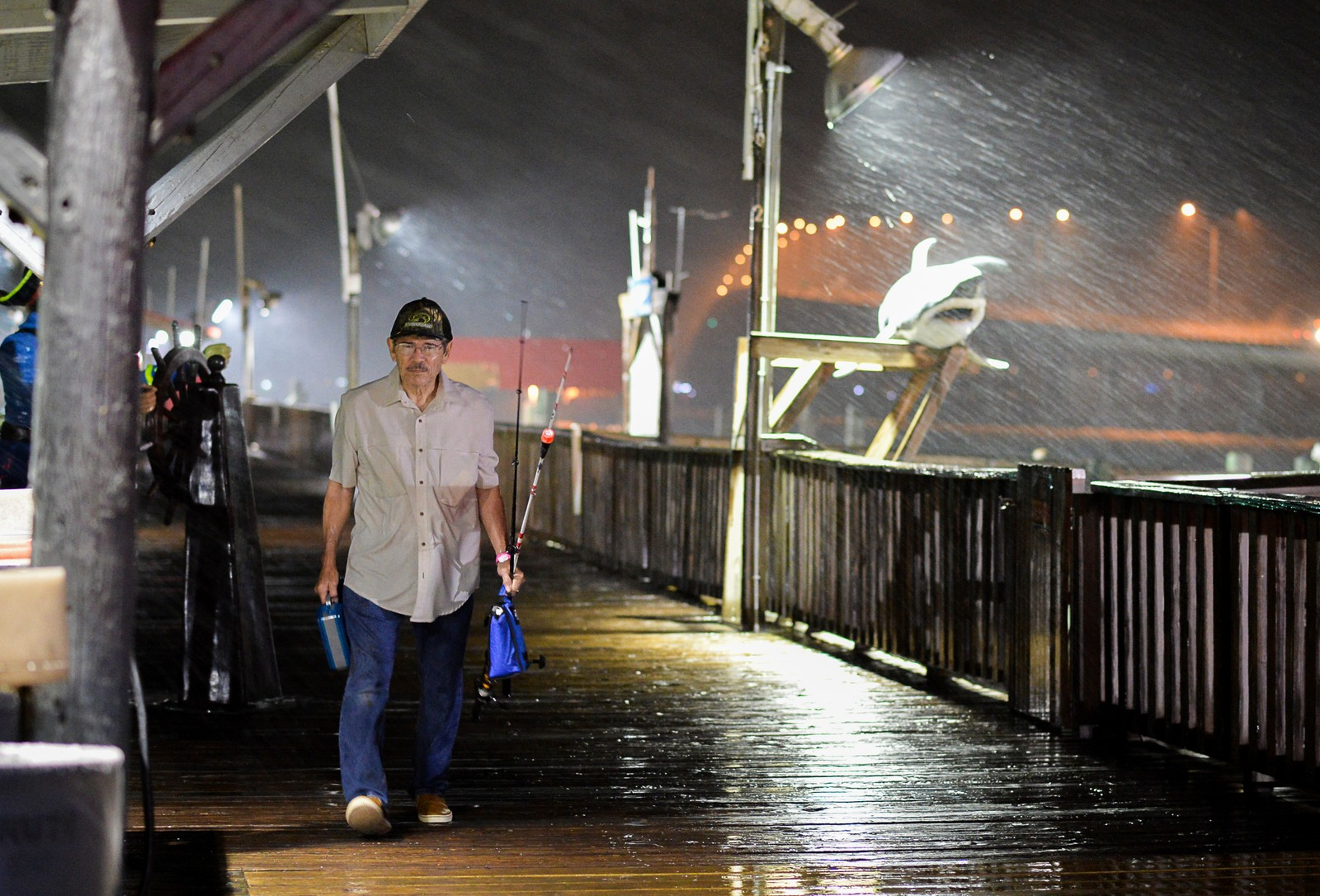 Fiskeren Rogelio Ortiz går i land ved Port Isabel, Texas. Orkanen som er på vei er fryktet å nå kategori tre.