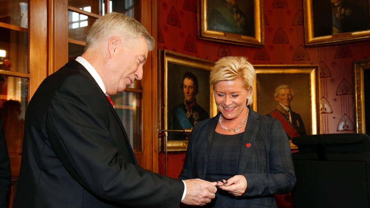 Siv Jensen overtar nøklene til finansministerens kontor fra avtroppende finansminister Sigbjørn Johnsen i 2013.