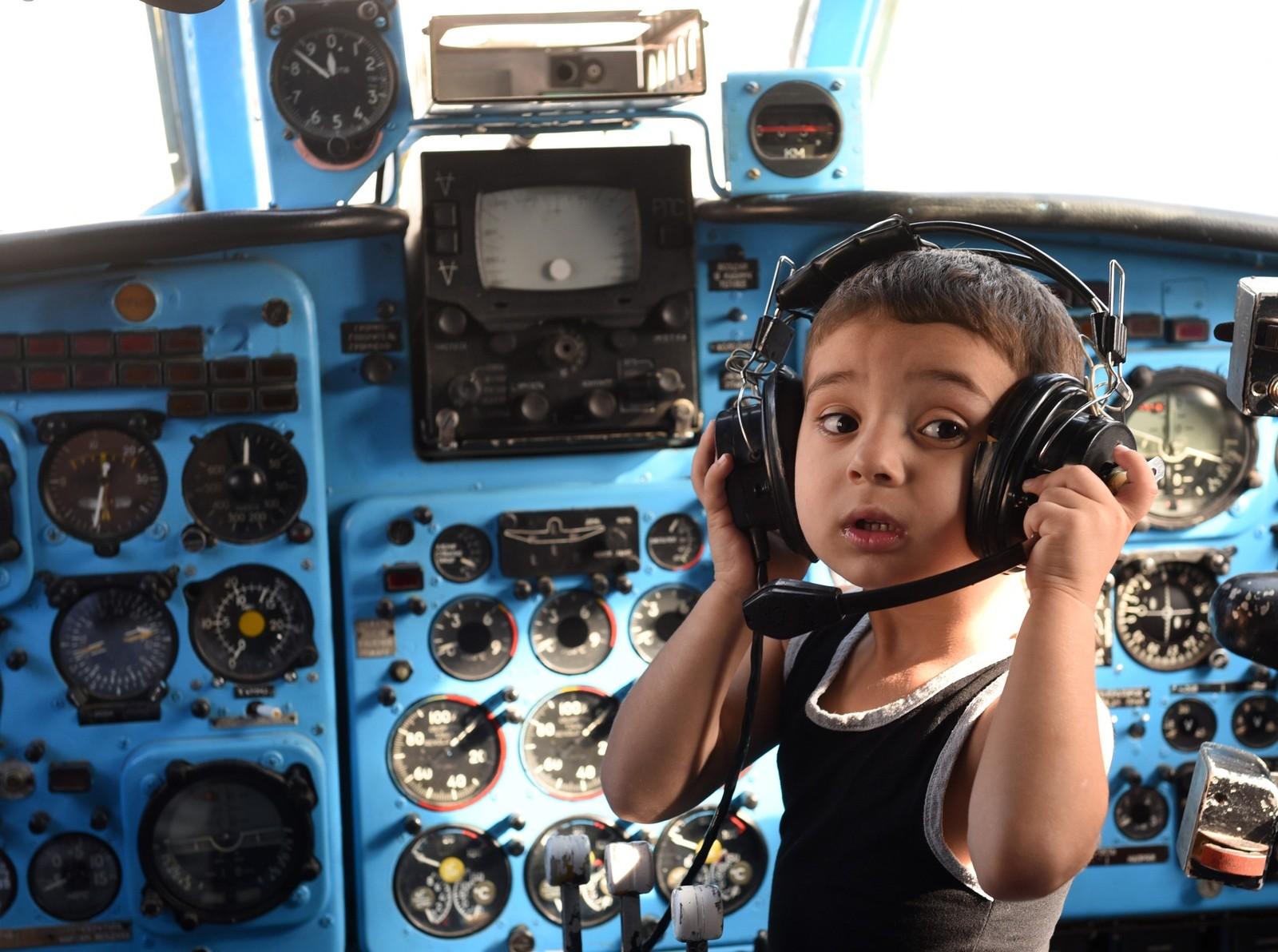 En gutt leker inne i et Yakovlev Yak-40-fly fra Sovjet-tiden. En førskolelærer har bygd om flyet slik at det kan brukes til lek og læring på skolen i byen Rustavi i Georgia. Cockpit-instrumentene er fortsatt intakte og svært populære å leke med.