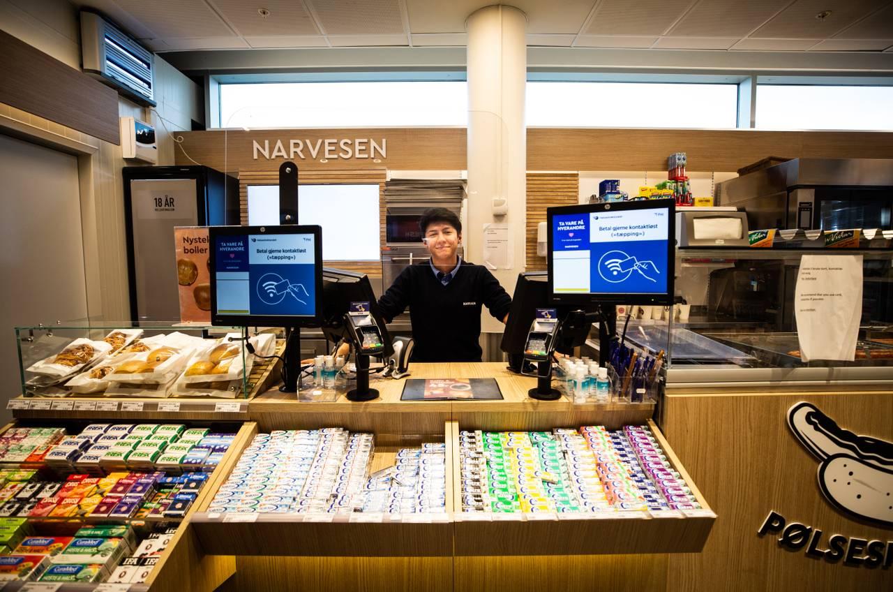 Ein Narvesen-kiosk har valt å halda ope, men det er rolege dagar på jobb kan Kyle Robert Quiroz bekrefta.