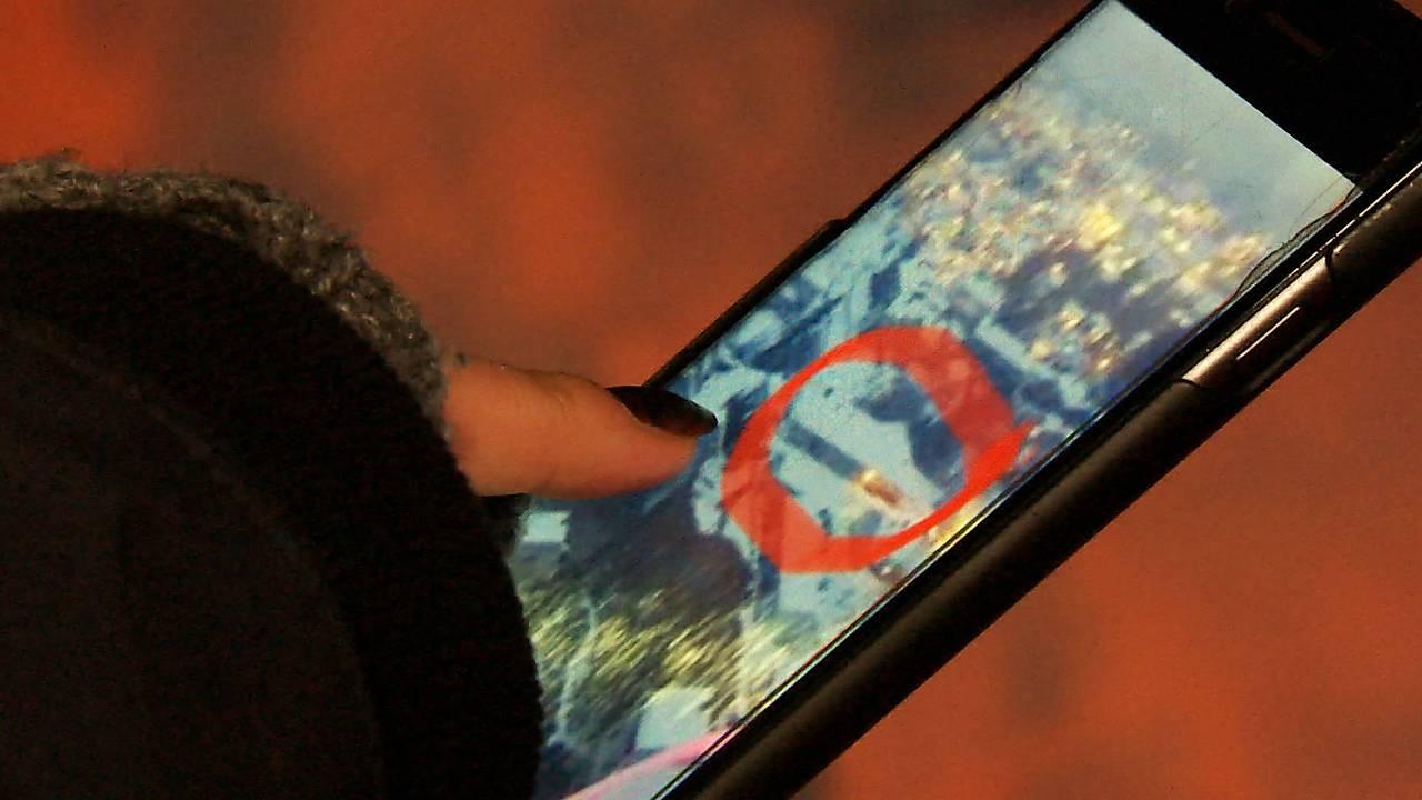 Yvonne viser bilde av boligen til Jan ved skrevkanten.