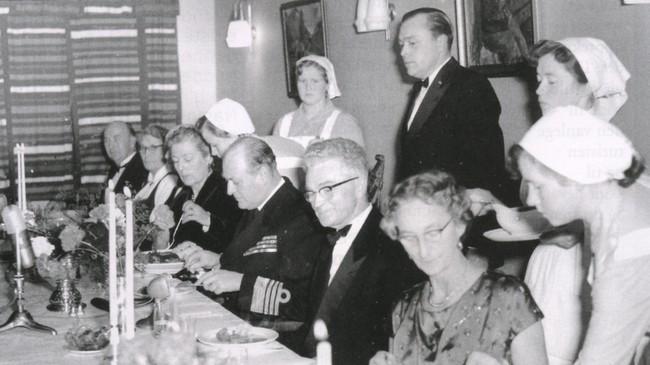 Kong Olav et middag på husmorskulen i 1958.