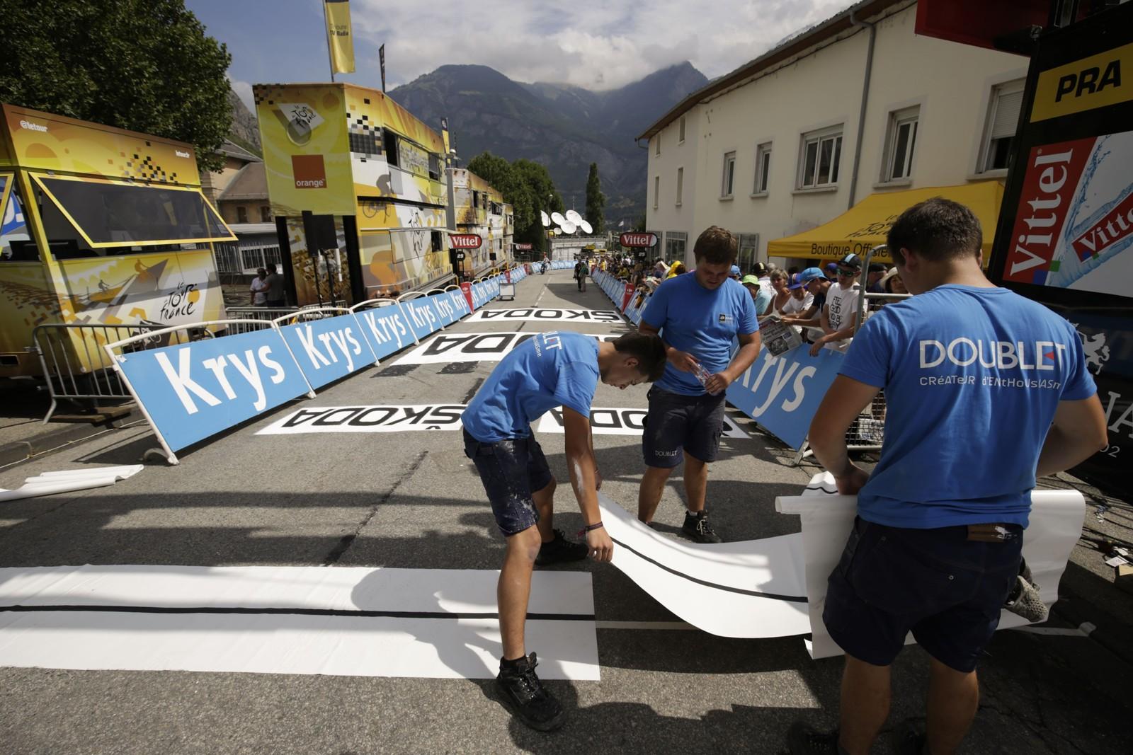 Mållinjen legges ned på den 18. etappen. AFP PHOTO / KENZO TRIBOUILLARD 560076731