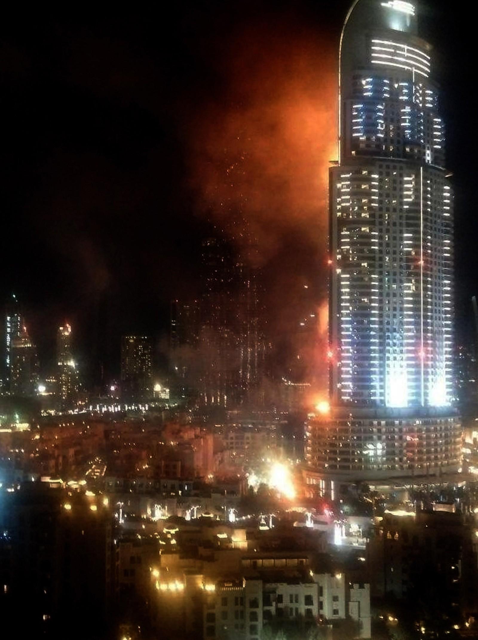 Røyk og flammer velter ut av Address Hotel i Dubai.