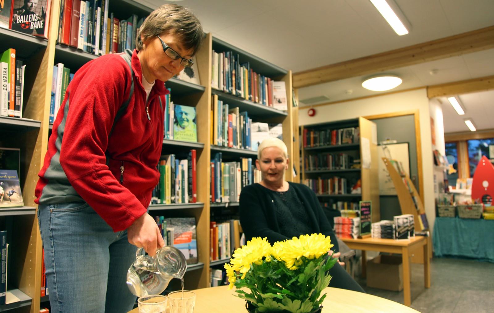 Vil det komme nok folk? Vigdis Kroken og Ragnhild Kolden er ikke sikker på om de klarer å fylle biblioteket.