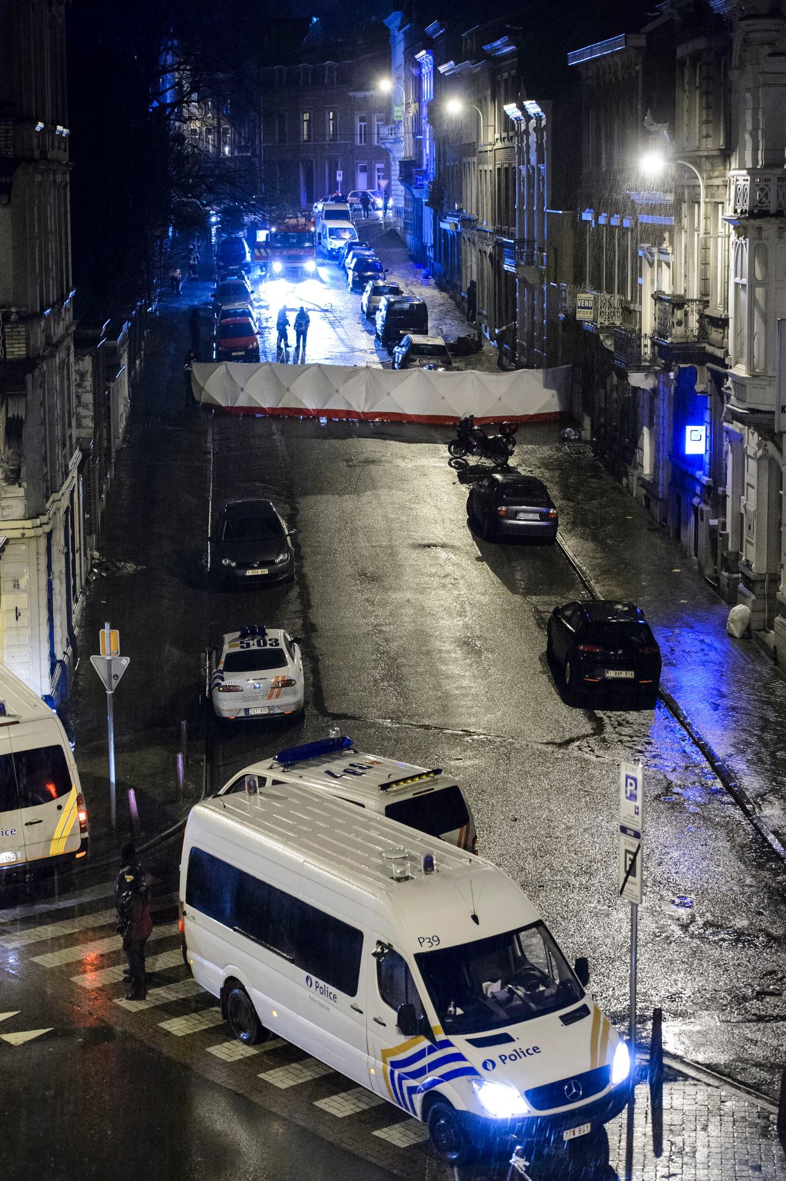 Alle de mistenkte er belgiske statsborgere, og politiaksjonen er et resultat av flere ukers etterforskning. Belgisk politi tror gruppen var i ferd med å iverksette terrorangrep i stor skala, opplyser statsadvokaten.